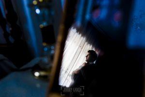 Boda en candelario, Patricia y Alfredo, Alfredo reflejado en un portafotos