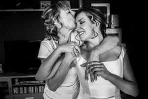 Boda en candelario, Patricia y Alfredo, la madre de Patricia abraza y besa a la novia
