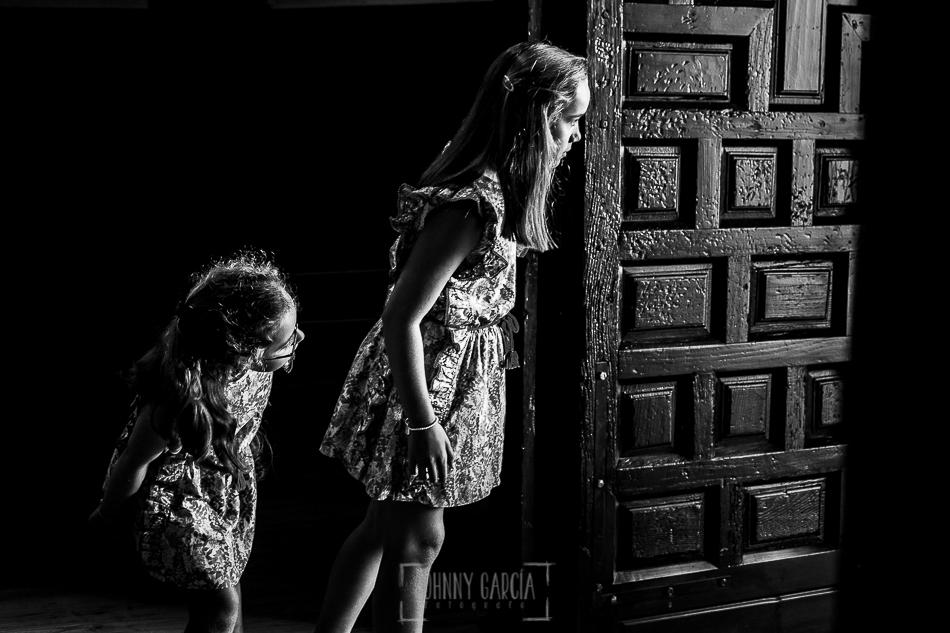 Boda en candelario, Patricia y Alfredo, dos niñas esperan la llegada de Patricia a la iglesia
