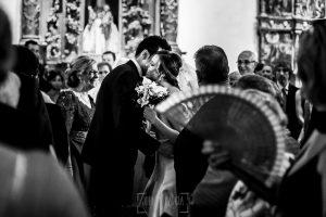 Boda en candelario, Patricia y Alfredo, Alfredo besa a Patricia según entra en la iglesia