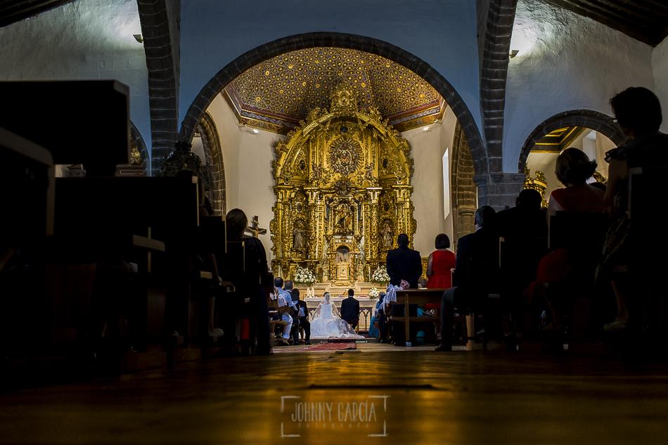Boda en candelario, Patricia y Alfredo, una vista desde atrás del altar