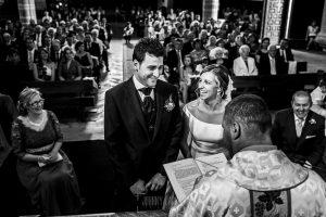 Boda en candelario, Patricia y Alfredo, junto al sacerdote