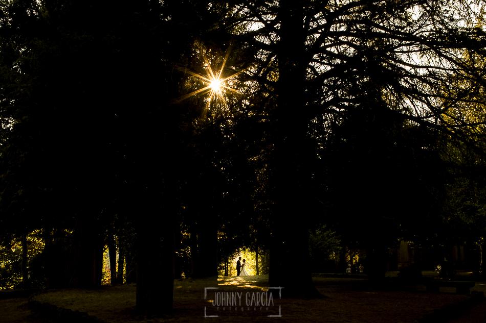 Boda en candelario, Patricia y Alfredo a contraluz en el parque de Candelario