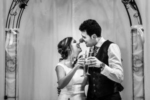 Boda en candelario, Patricia y Alfredo brindan