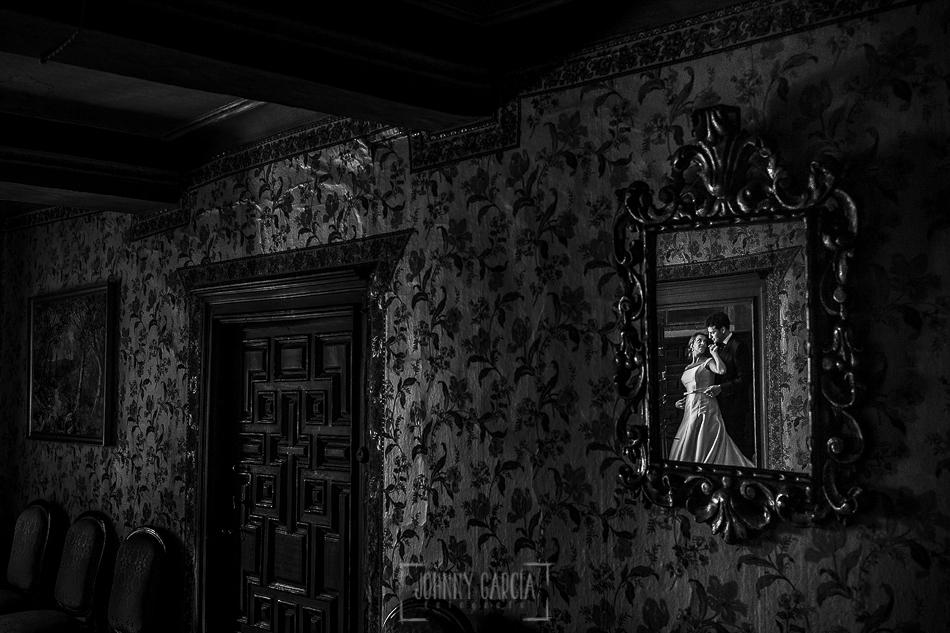 Boda en candelario, Patricia y Alfredo reflejados en un espejo