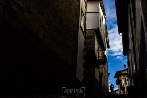 Boda en candelario, Patricia y Alfredo en una calle de Candelario