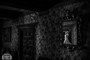 Fotografia con mencion de honor en la cagoria de luz en el directorio Fotografos de Boda en España, realizada por Johnny Garcia en una casa tipica de Candelario