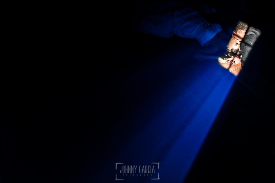 Boda en Alba de Tormes, Elena y Jose, iluminados en el suelo por la luz de una ventana