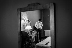 Boda en Alba de Tormes, Elena y Jose, Jose reflajado en el espejo mientras se prepara