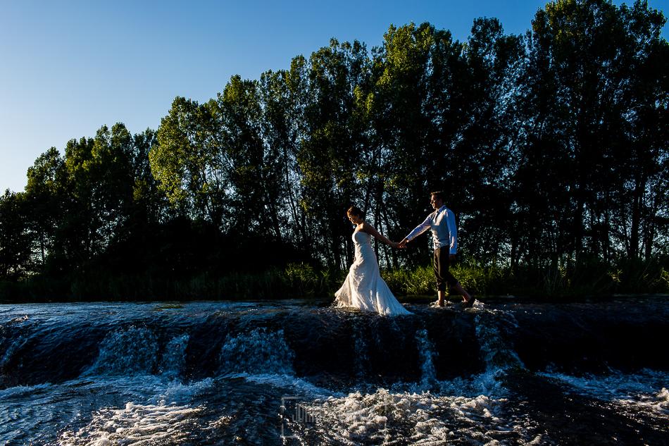 Boda en Alba de Tormes, Elena y Jose, andan por el agua de la pesquera