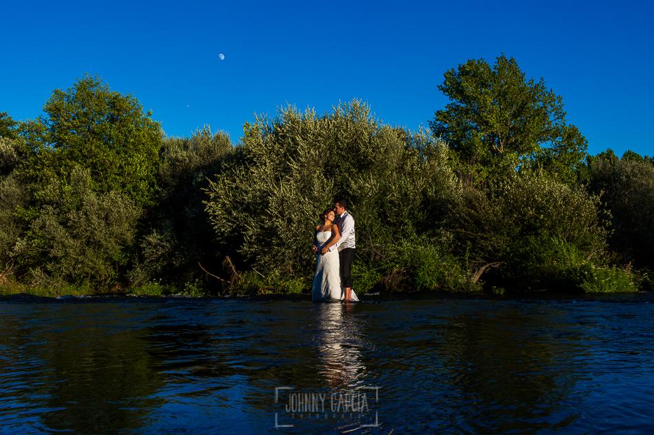 Boda en Alba de Tormes, Elena y Jose, abrazados en medio de la pesquera