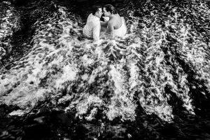Boda en Alba de Tormes, Elena y Jose sentados en la cascada de la pesquera
