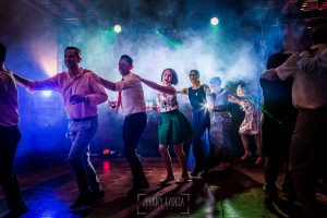 Boda en Alba de Tormes, Elena y Jose, amigos y familiares bailan en la fiesta.