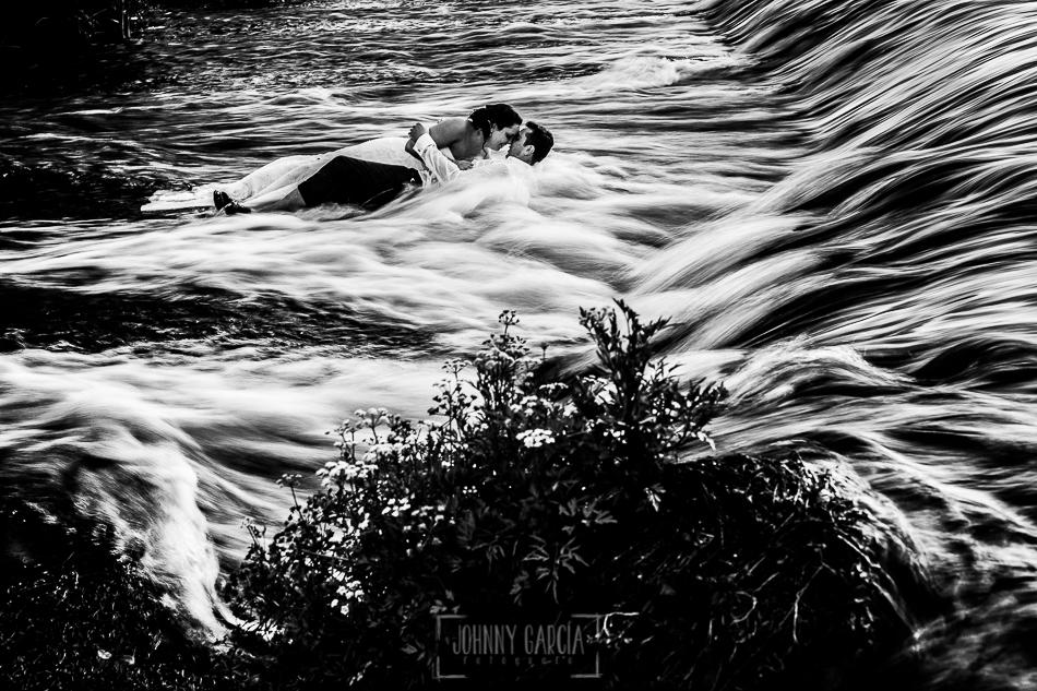 Boda en Alba de Tormes, Elena y Jose tumbados besandose en el agua