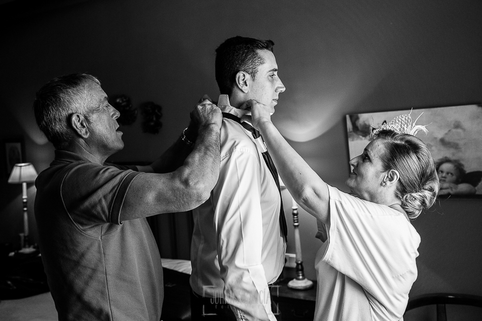 Boda en Alba de Tormes, Elena y Jose, los padres de Jose le ayudan a Vestirse