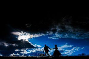Boda en Béjar, post-boda en Los Barruecos, Lorena y Raúl, reflajados en el agua