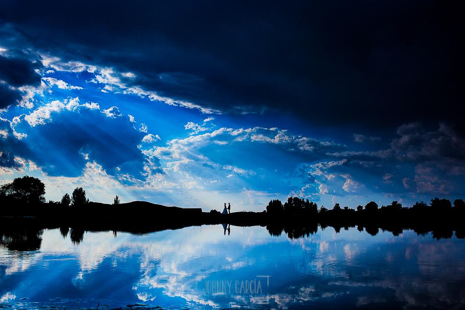 Boda en Béjar, post-boda en Los Barruecos, Lorena y Raúl A contraluz con un cielo espectacular en el lago de Los Barruecos