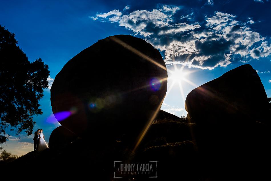 Boda en Béjar, post-boda en Los Barruecos, Lorena y Raúl al lado de una de las piedras gigantes de Los Barruecos