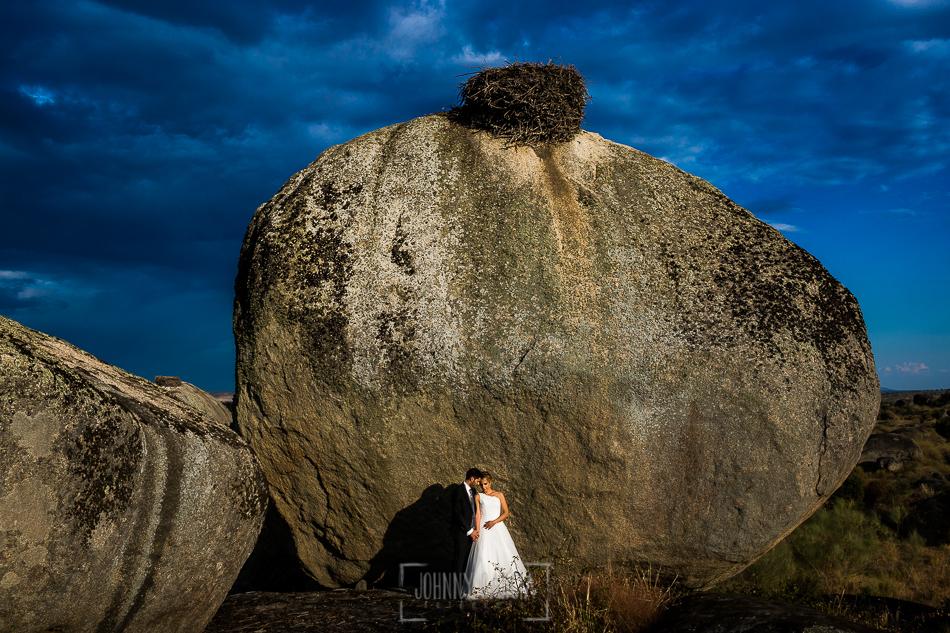 Boda en Béjar, post-boda en Los Barruecos, Lorena y Raúl, debajo de uno de los nidos de cigüeña que hay por Los Barruecos