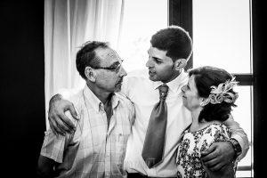 Boda en Béjar, post-boda en Los Barruecos, Lorena y Raúl, Raúl abraza a sus padres