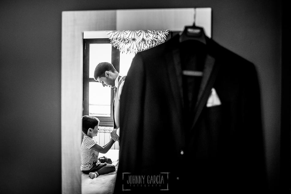 Boda en Béjar, post-boda en Los Barruecos, Lorena y Raúl, Raúl y Erick reflejados en el espejo mientras se visten