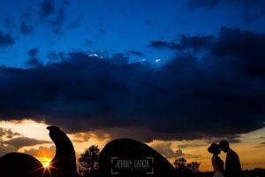 Boda en Béjar, post-boda en Los Barruecos, Lorena y Raúl, juntos ante la puesta de sol