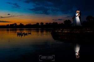 Boda en Béjar, post-boda en Los Barruecos, Lorena y Raúl, sobre una piedra en el lago mientras pasan unos patos