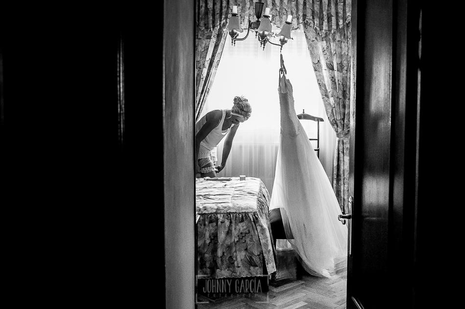 Boda en Béjar, post-boda en Los Barruecos, Lorena y Raúl, Lorena se comienza a vestir antes de ir a la ceremonia