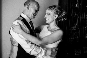 Boda en Béjar, post-boda en Los Barruecos, Lorena y Raúl, Lorena abraza a su padre