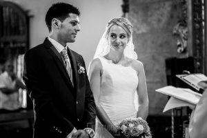 Boda en Béjar, post-boda en Los Barruecos, Lorena y Raúl, en el santuario de El castañar Lorena mira a Raúl
