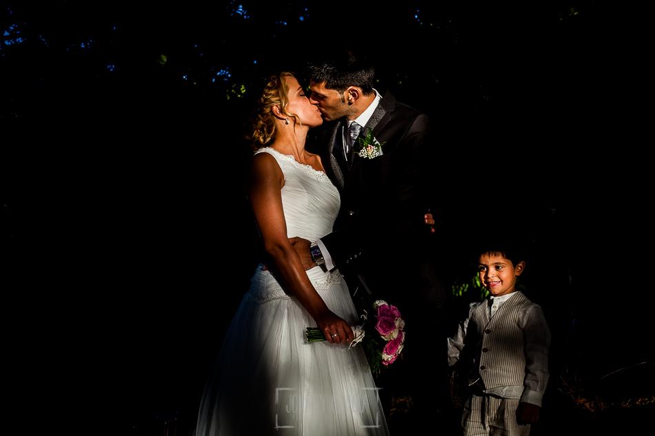 Boda en Béjar, post-boda en Los Barruecos, Lorena y Raúl, un retrato de los dos junto a Erick