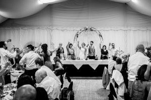 Boda en Béjar, post-boda en Los Barruecos, Lorena y Raúl brindan en la mesa del restaurante con familia y amigos