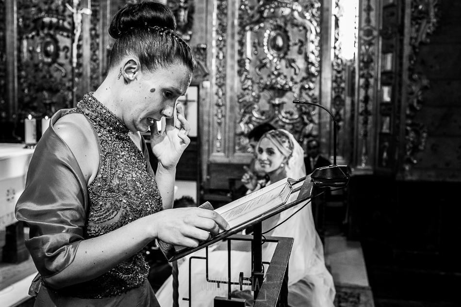 Boda en Béjar, post-boda en Los Barruecos, Lorena y Raúl, una amiga se emociona mientras les lee en la ceremonia