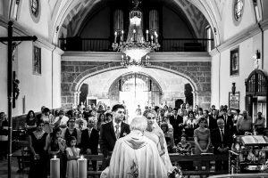 Boda en Béjar, post-boda en Los Barruecos, Lorena y Raúl, una vista de la iglesia con los novios