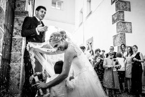 Boda en Béjar, post-boda en Los Barruecos, Lorena y Raúl, salida de la ceremonia mientras familia y amigos les lanzan arroz