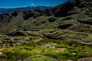 Boda en Hervás, Silvia y Roberto, corren hacia sí en una zona verde de las Lagunas