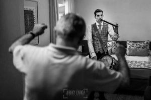 Boda en Hervás, Silvia y Roberto, Roberto toca el tamboril mientras su padre baila
