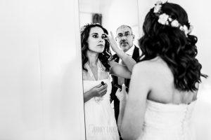 Boda en Hervás, Silvia y Roberto, Silvia se retoca ante la mirada de su padre