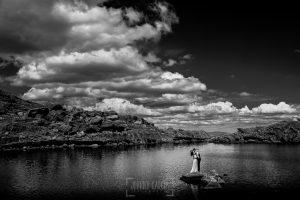 Boda en Hervás, Silvia y Roberto sobre una piedra en medio de las lagunas del trampal