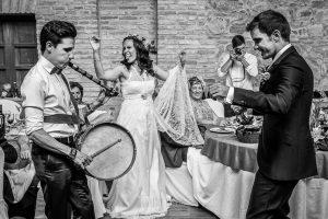 Boda en Hervás, Silvia y Roberto, un amigo de la pareja toca el tamboril mientras Roberto baila