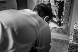 Boda en Plasencia, Isabel + Rubén, Rubén se ata los zapatos