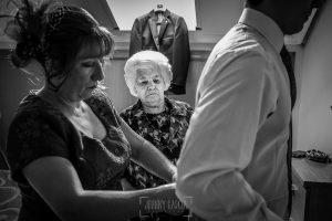 Boda en Plasencia, Isabel + Rubén, la madre de Rubén le ayuda con el traje