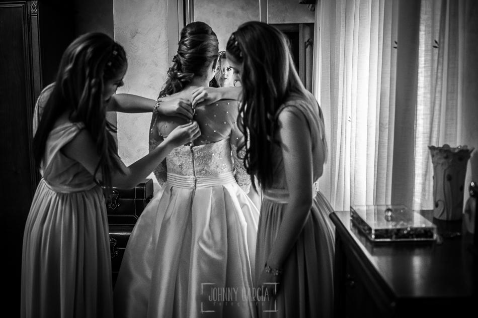 Boda en Plasencia, Isabel + Rubén, las hermanas de Isabel la ayudan con el vestido