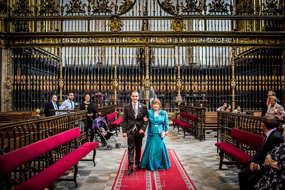 Boda en Plasencia, Isabel + Rubén, Rubén entra en la Catedral del brazo de su madre