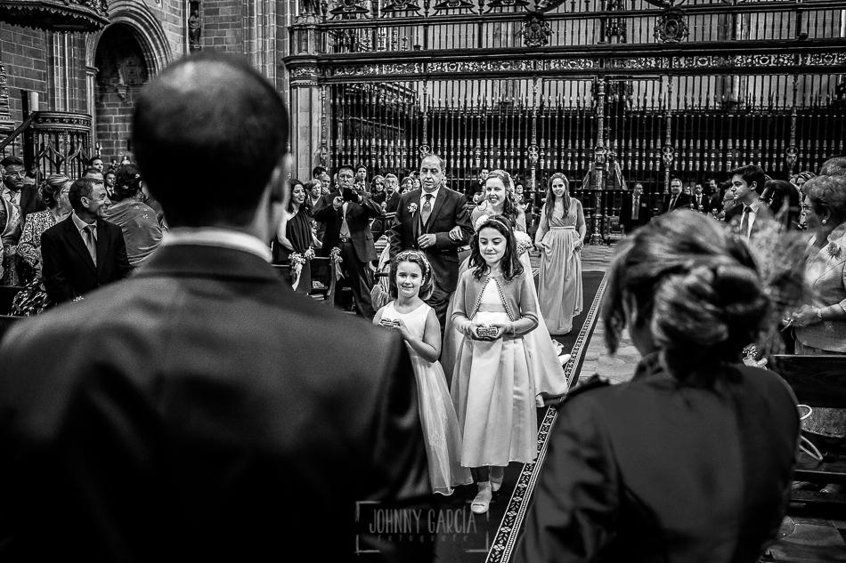 Boda en Plasencia, Isabel + Rubén, Isabel entra a la Catedral del la mano de su padre