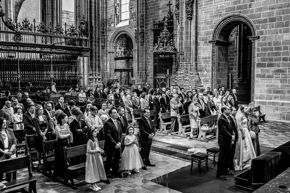 Boda en Plasencia, Isabel + Rubén, vista general de todos los invitados en la catedral