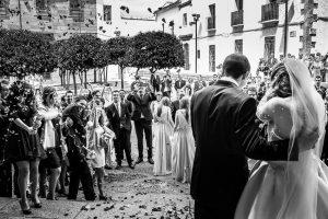 Boda en Plasencia, Isabel + Rubén, de espaldas mientras los invitados les lanzan arroz