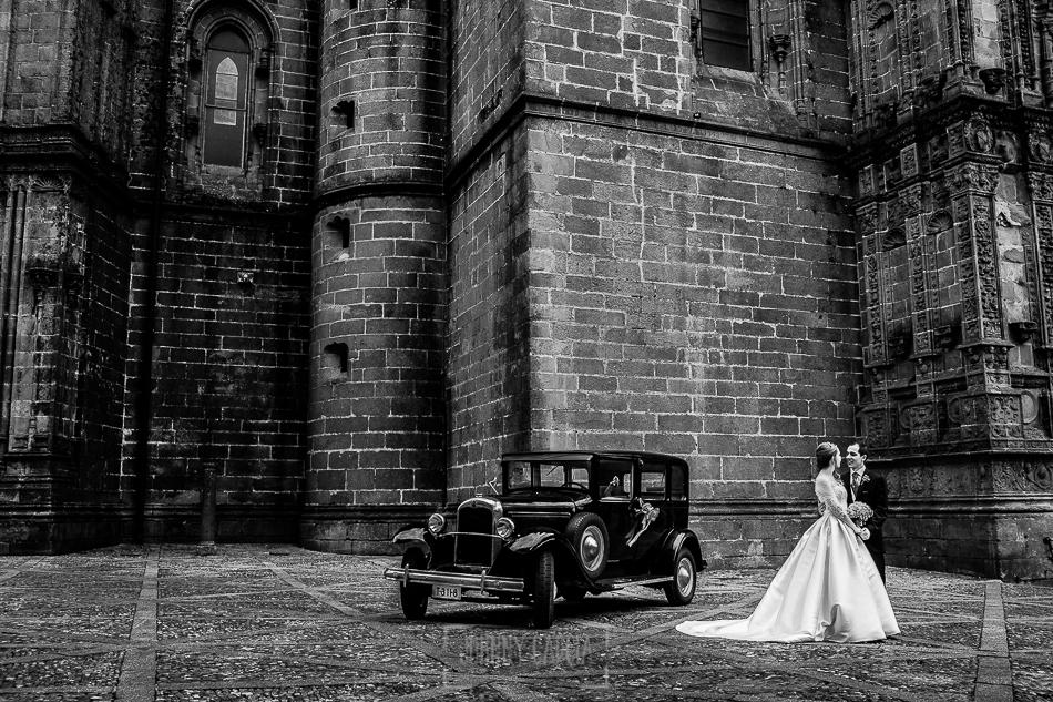 Boda en Plasencia, Isabel + Rubén, un retrato con un coche antiguo de la pareja