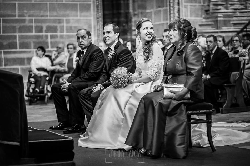 Boda en Plasencia, Isabel + Rubén, Isabel mira a sus abuelos durante la ceremonia