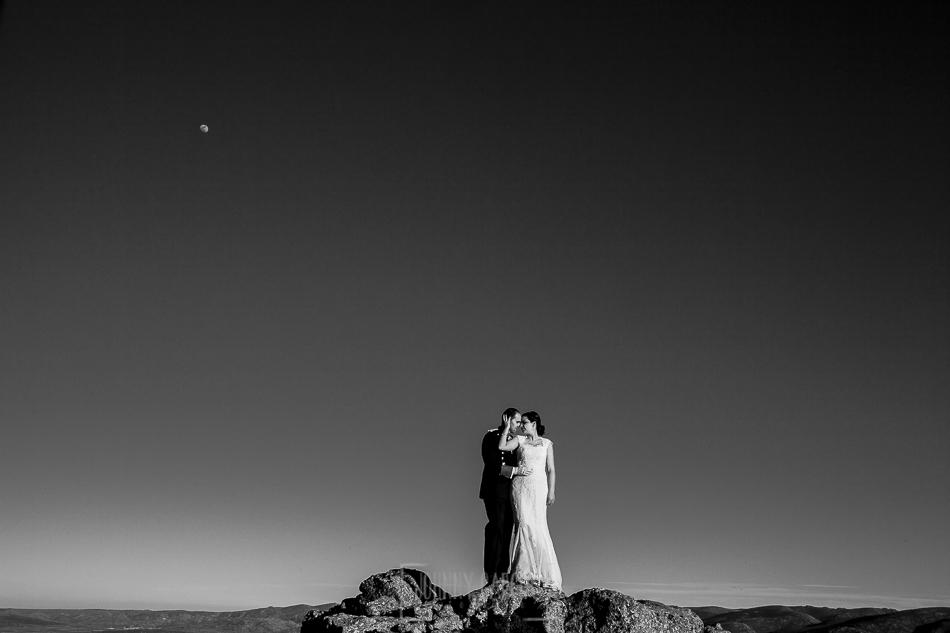 Postboda en Villatoro, Avila, Elia + Nacho, en lo alto de la sierra, al fondo la luna